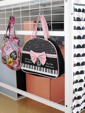 側面にもフックを掛けてバッグなどを収納できます。お出かけの時もバッグをサッと取りやすく、機能的です。