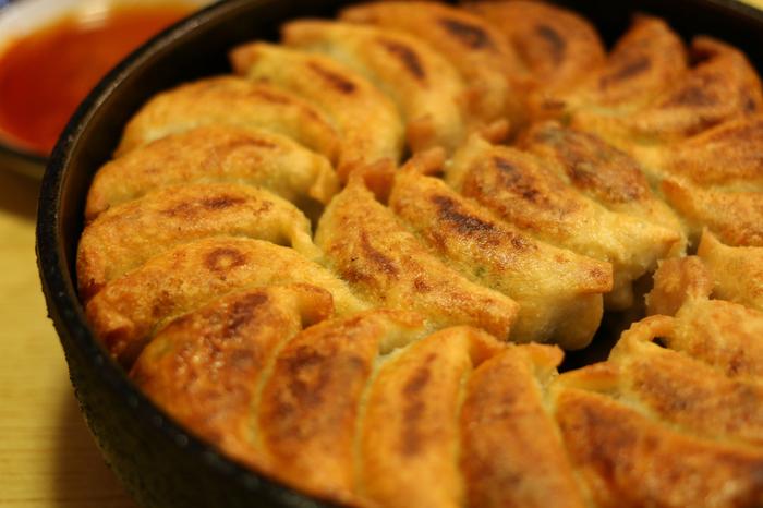 小麦粉をこねて伸ばした皮に肉やエビ、野菜で作った具を包みこむ「餃子」。どこの国の料理かと聞かれれば、多くの人が「中国」と答えるでしょう。ですが、餃子の発祥については諸説ありますが、中国では紀元前6世紀ごろの春秋時代の遺跡から、当時餃子が食べられていた形跡がうかがえるとか。