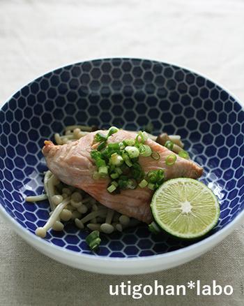鮭のおしゃれな蒸し料理も、フライパンひとつでできちゃいます。秋鮭やきのこを使うので、旬の季節にぜひ挑戦してみてください。お皿やクッキングシートいらずで、そのまま作れるお手軽さも魅力。焦げないように見守りながら作りましょう。