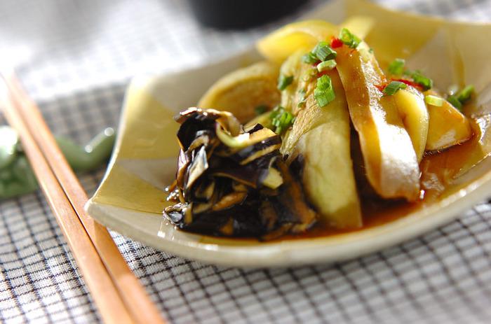 こちらはナスが主役の蒸し料理です。フライパンにごま油を入れてナスを焼いてから、水を加えて蒸していきましょう。蒸したナスにはピリ辛タレをかけて♪一緒にできるナスの皮の料理も合わせたユニークな一品です。