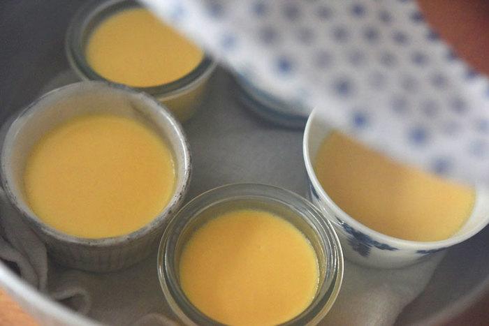 鍋を使った蒸し料理で、プリンだってできちゃうんです♪プリンの容器が蒸している間にガタガタしないように、なべ底にふきんを敷くのがポイント。お湯を注ぐときには、プリンに入らないように気を付けましょう。材料は、卵、牛乳、砂糖のみ。素材そのもののおいしさを味わうプリンです。