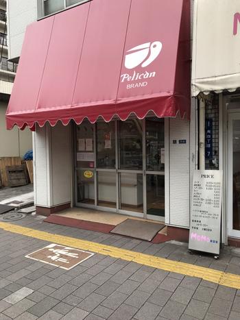 お店は、東京メトロ銀座線「田原町」駅から歩いて3分ほど、赤い屋根と店名にもなっているペリカンのマークが目印です。