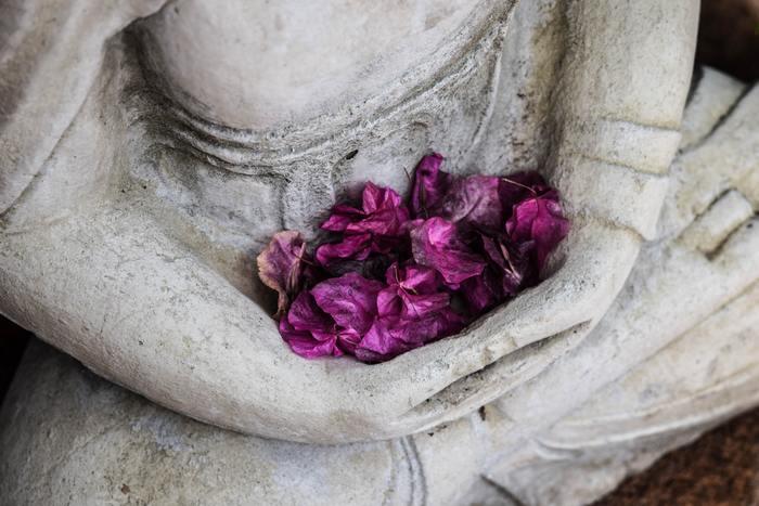悟りを開いたブッダの教えにもありますが「無駄な反応をしない」こと。すべての苦しみは、自分が「反応する」ことによって始まるのです。誰かがあなたに理不尽なことを言ってきたとしても、さらっと受け流して気にしないことです。