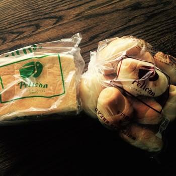 食パンはサイズ違いの角食のほかに山食があり、ロールパンも、コッペパンのような形のドックなど数種ありますが、基本的にお店に並ぶ商品は「食パン」と「ロールパン」の2種類だけというシンプルなスタイルが、昭和17年(1942年)の創業当時からずっと変わっていません。