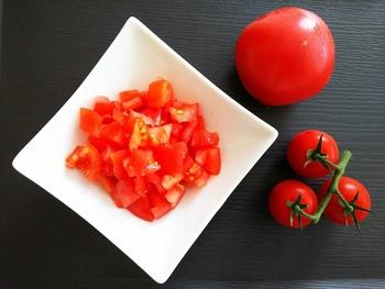 トマト缶を使ったレシピで生のトマトを使う場合、トマトをざく切りにしてフライパンなどでしばらく加熱して水分を飛ばしてから使うか、塩で煮てホールトマトにしてから使うのがおすすめです。