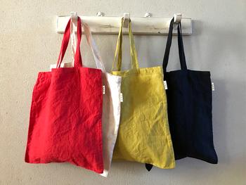 トートバッグを作る時に、薄手の布地を選べば出来上がった際に小さく折りたたんでエコバッグとしても持ち運びできます。柄がたくさんある生地だと柄合わせが大変なので、裁縫初心者の方はモノトーン系の生地から作ってみるのがおすすめです。