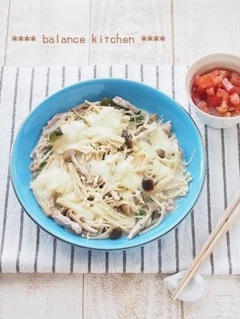 こちらは10分で完成の簡単蒸し料理です。フライパンに材料を重ね入れて蒸すだけ!蒸している間にさっぱり味のトマトソースを作っておきましょう。ヘルシーですが食べ応えがあり、メインにもなる一品です。
