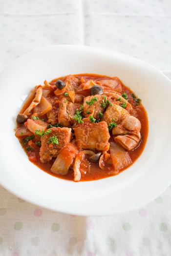 皮をパリパリに焼いた鶏肉とこれから旬を迎えるきのこを使ったトマトソース煮のレシピ。鶏肉は煮込む時に全体に火を通すので、皮がパリッとすればOKです。バゲットと合わせてワインと一緒にどうぞ。