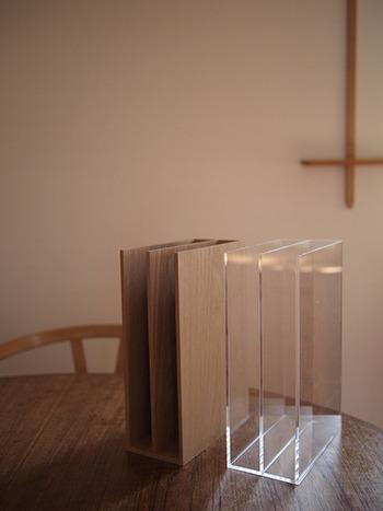 「アクリル収納スタンド」は、A5サイズのノートなどを立てて収納できる便利なスタンドです。縦型のスタンドなので書類の整理に役立ちます。