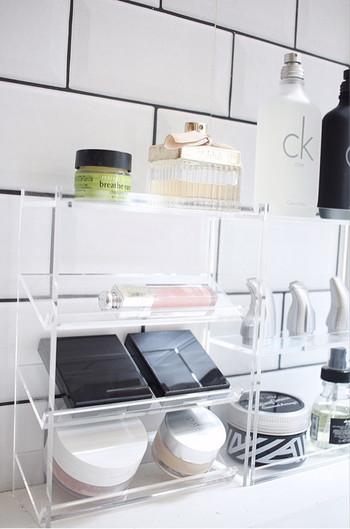 このように洗面所でメイク用品の収納に使っても◎取り出しやすく、見た目にも美しい収納ですね。