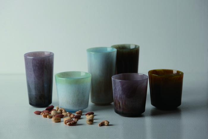 様々な種類のガラスの色を使うことで、他にはない幻想的なグラデーションを生み出す「dan」シリーズのグラスたち。すべてがハンドメイドなので、高さや大きさなど、ひとつとして同じものはありません。