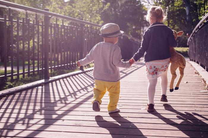 つかまり歩き、よちよちと歩きはじめた赤ちゃん。 歩けることの嬉しさといろんなことが初めてで、見るもの全てに興味があります。