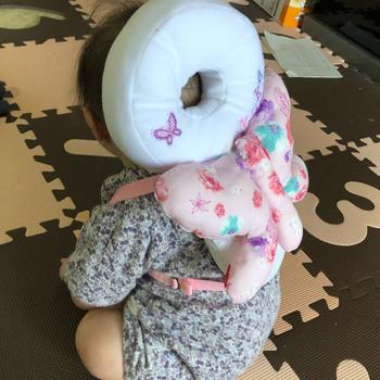 頭を守る白い輪っかの下に蝶々の羽根がついたデザイン。赤ちゃんから蝶々になったようで、とってもかわいらしいですね♪