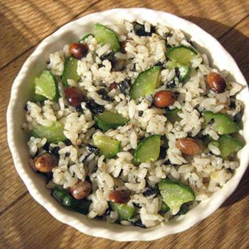 酢大豆を使った、夏にピッタリの混ぜご飯レシピ。きゅうりやしそ梅を入れたさっぱり混ぜご飯は、食欲がない日にもおすすめです。