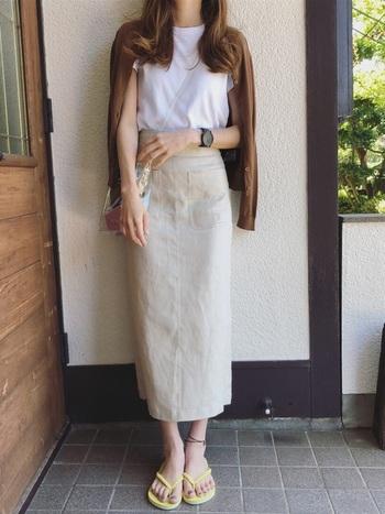 夏に着ていた白Tシャツ×ロングスカートに、秋色カーディガンをプラスしたり、サンダルをスニーカーにチェンジすれば季節の変わり目コーデに早変わり!