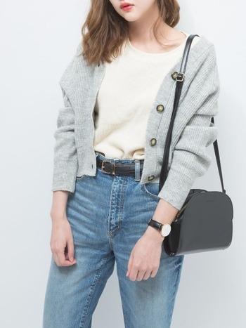 デニム+ワッフルクルーネックTシャツに、ライトグレーのドルマンコクーンカーディガンを合わせただけの簡単コーデ!シンプル&カジュアルですが、黒の小物使いで大人っぽい雰囲気に。