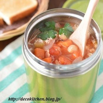 パンを食べるよ!という日には、トマトベースのスープを合わせるなんていかがですか?お弁当で豆類の食材を摂るのはとても難しいのですが、スープにひよこ豆なら相性も抜群で食物繊維もたっぷり摂れますよ。