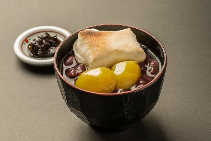 """おすすめは、創業当時から100年愛され続けている「栗ぜんざい」。最高級の小豆を使った甘さ控えめのぜんざいに、栗とやきもちをのせた、素朴ながらも上品な甘味です。  一度食べると""""また食べたくなる優しい味""""が大きな魅力。和菓子の老舗として、のれんを守り続けてきた高木の歴史を感じさせる逸品です。"""