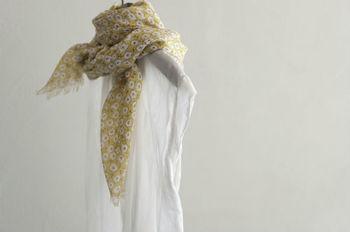 柔らかいコットンガーゼのスカーフ。大判サイズなので夏は肌を出した上からさっと羽織ったり、冬はぐるぐる巻きにしてマフラーのように身に着けたりとさまざまな用途でお使いいただけます。
