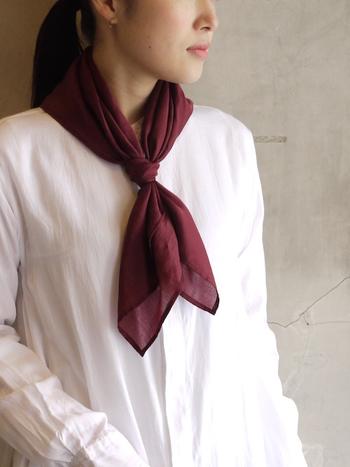 カシミアシルクの艶のある素材が首元に上品さをプラスするこちらのスカーフ。また、バーガンディー色がカジュアルでもフォーマルでもどのシーン活躍してくれそうなスカーフです。