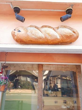 外には楽器のホルンが掲げてあったり、すましたような顔のフランスパンのオブジェがあったりと、お店に入る前からちょっとワクワクしてしまいます。