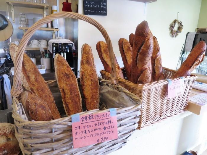店内に並ぶフランスパンはどれも香ばしくて美味しそう… 材料は小麦粉、水、塩、酵母のみ、その小麦粉は国産(北海道産)のみというこだわりがあります。