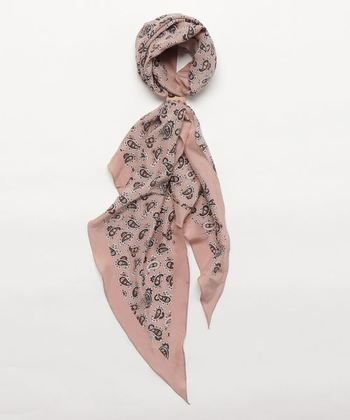 くすんだピンクが女性らしい印象を醸し出すペイズリー柄のスカーフ。細長い形なので、さらりと首に巻いたり、頭に巻くのがおすすめ。あえて女性らしいスタイルではなく、デニムのオーバーオールのようなカジュアルなスタイルに合わせるのも◎。