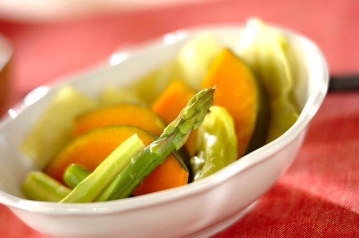 蒸した野菜はほっこりとしたおいしさが楽しめます。サラダ代わりにもおすすめですよ。こちらは鍋とザルを駆使したユニークな蒸し方も特徴。野菜は、火が通りにくいものを下の方に入れるのがポイントです。ゴマ油が香るネギダレで頂きましょう♪