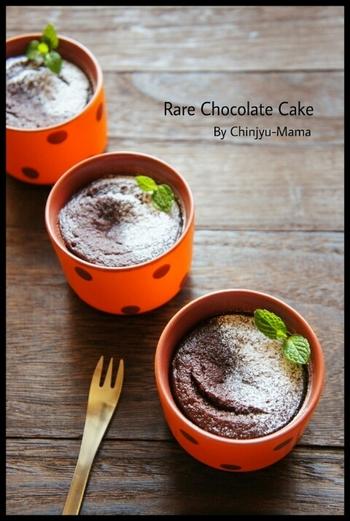 フライパンひとつでおしゃれな生チョコケーキも作れますよ。材料を混ぜ合わせたらフライパンで10分蒸すだけで完成。アツアツのできたてはもちろん、冷やしてもおいしいのだそう♪