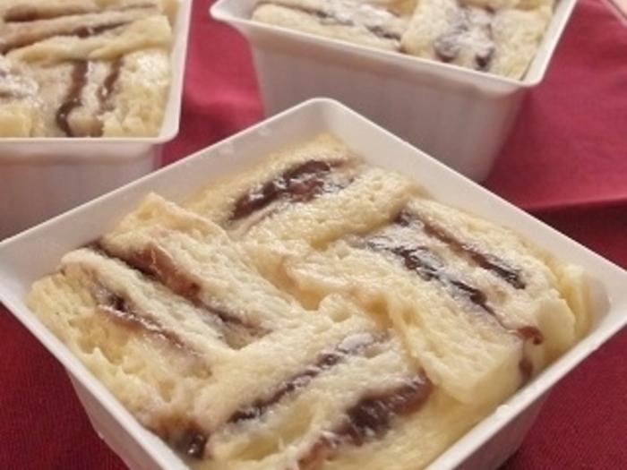 しましま模様がかわいいパンプディングのレシピです。もちろんこちらもフライパンでできますよ。あんこを挟んだ食パンを型に入れて、牛乳を混ぜた卵液を注いで蒸します。冷蔵庫でしっかり冷えきったら食べ頃ですよ♪