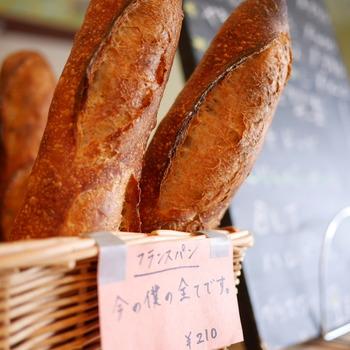 何度でも訪れたい!毎日食べたい!そんな美味しいパン屋さんってありますよね。 その中でも特にそのお店の看板となる名物パンがあったり、こだわりをもってシンプルにそのパンだけを販売する専門店を今回はパンの種類ごとにご紹介します。