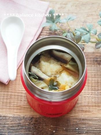 ごはんに合う、醤油味の和風スープをベースにしたエビシュウマイのスープです。しゅうまいや野菜から出汁が出るので、おかずとしてお弁当で食べるよりもスープに入れた方がえびの味を楽しむことができそうですね。