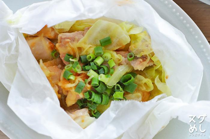 電子レンジの蒸し料理でもクッキングシートは大活躍。こちらは鶏もも肉とキャベツをみそ味で蒸したレシピ。1人分ずつ作るので、そのままお皿に乗せて食卓に運べますよ♪