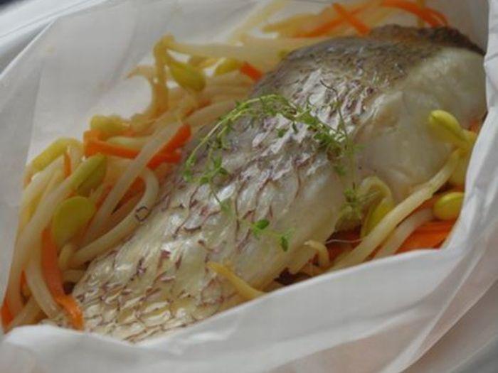 同じくクッキングシートで包む方法で、魚も蒸すことができます。こちらのレシピで使う調味料はお酒とめんつゆだけ。お好みの野菜と一緒に簡単に調理できますよ♪