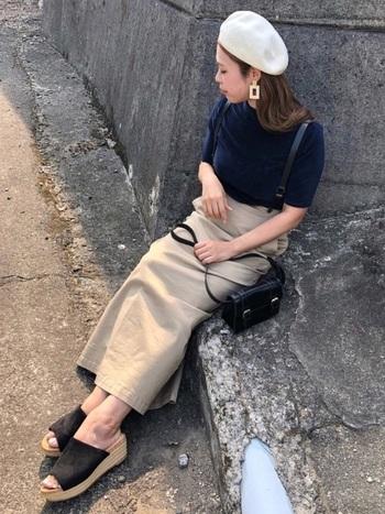 ベロアトップスにロングタイトスカート、ベレー帽のコーデには大ぶりのスクエアピアスを。これがあるのとないのとでは、オシャレの完成度が全く違いますよね。