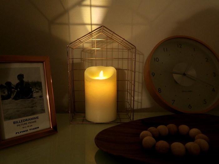 揺らめく炎の様子を楽しめるキャンドルも秋の夜長にぴったりのアイテム。夜にキャンドルを楽しむ場合は、そのまま寝てしまうと危険なので、電気タイプのLEDキャンドルがおすすめですよ。