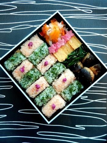こんな風に2種類のご飯を四角く握って、市松模様のように並べるのも素敵なアイデア。コントラストがはっきりする様な色合いを選んでチャレンジしてみてくださいね。