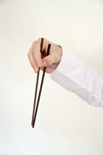 箸の先で料理を指して「これ、おいしい!」。会話の途中で箸を人に向けて「そうそう、それがね!」。 こうした「指し箸」は品がないと見なされる行為です。 指をささるだけでも嫌がる人は少なくありません。まして食事中に箸を向けられるなんて、逆の立場だったらどう思うかを考えたいですね。