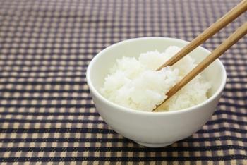 茶碗に盛ったご飯に箸をまっすぐ突き立てる「立て箸」。「仏箸」とも呼ばれ、葬儀などで亡くなった方に向けてご飯に箸を立てお供えします。 日常の食事の場でこの行為は絶対NG。知らないと常識を疑われてしまうかも!