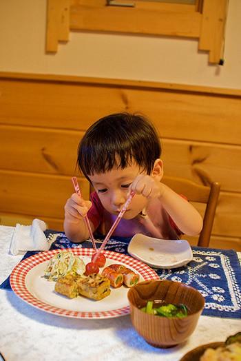 両手に1本ずつ箸を持って、ちぎるように料理を切り分けていく行為。硬い肉や魚を切り分けたい時に、ついやってしまう人も。 こちらも子供なら可愛いものですが、大人がやると不恰好。キレイに切りたい時には、ナイフを借りるなどして対処しましょう。
