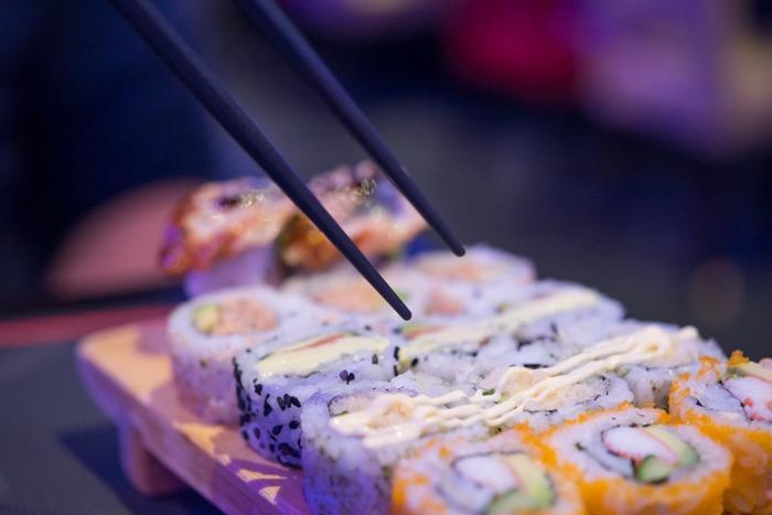 色とりどりの美味しそうな料理が並んでいると目移りしてしまいますよね。そこで「どれにしょう?」「こっちもいいなぁ」と箸を行ったり来たりさせてしまう「迷い箸」。どれも美味しそうだからこそ迷うわけで悪いことではないような気もしますが、料理の上で箸を動かすことはやめましょう。