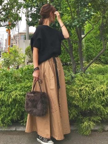 ロングスカートにもハイカットはぴったり。ショートブーツ感覚で使うと合わせやすいですよ◎。季節感を楽しみたいならファーバッグなどの小物などでいち早く秋素材を取り入れても素敵です。