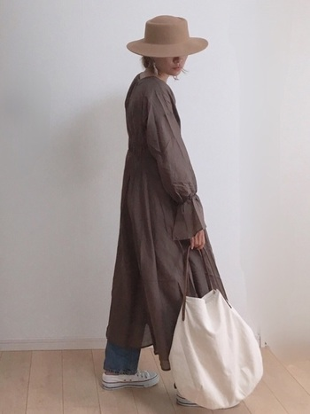 ブラウン系のロングワンピースに、デニムを合わせたコーデ。スニーカーは、バッグと同じ白を選び、全体に軽やかさを添えて。軽さを出すなら断然ローカットですね。
