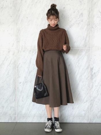今季注目の秋らしいブラウンコーデには、黒のハイカットで締め色をプラス。Aラインの大人可愛いシルエットのスカートにハイカットを合わせると、適度にカジュアルダウンできるのが嬉しいですよね。