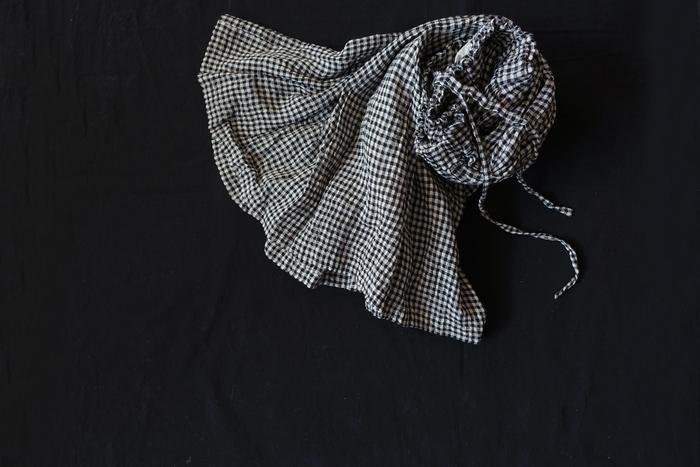糸に撚り(より)をかける時、糸切れを防ぐために糸を水に通した後に撚る方法を「水撚り」といいます。 糸が強くなると同時に、凹凸感がある表情豊かなリネンが出来上がります。