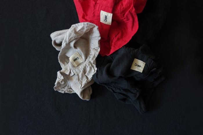 江戸時代から絹染めの産地として知られる栃木県・足利で、古き良き時代の昔ながらの染色方法を復元したのが「織姫炊き」。 職人にしか出来ない技法で小さな染料窯で炊くため、限られた量しか生産できません。 時間をかけて、丁寧に染められたリネンは着て洗いをかけると柔らかく、風合いも増していきます。