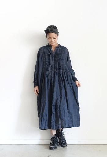 贅沢に入ったピンタックと、衿とカフスにあしらわれたレースがガーリーなワンピース。 1枚でさらりと着ても、羽織りとして着てもいいので着まわしもきくアイテムです。