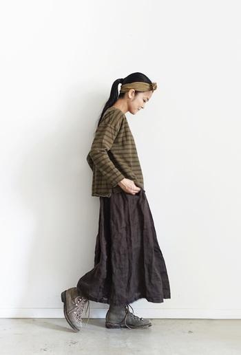 定番のボーダーだからこそ、この秋はひと味違うものを着てみたいかたにおすすめのプルオーバー。 硫化染めによる独特な風合いと、渋い色味が秋らしい。 くったりとしたリネンの服によく合います。