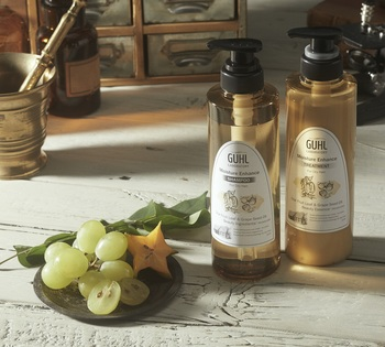 乾燥が気になる髪には、スターフルーツリーフ&グレープシードオイル美容成分※配合の「Moisture Enhance(モイスチャー エンハンス)」。保湿成分が乾いた髪を保湿し、指通りのいいしっとりなめらかな髪に。  また、香水のように豊かな香りを持っているのが「GUHL LABORATORY(グールラボラトリー)」の特長のひとつ。「Moisture Enhance」はオレンジ・グレープフルーツの柑橘系の香りから、カシス・パッションフルーツ・ラズベリーの甘酸っぱさへ変化し、最後にサンダルウッド・ウッディアンバーのしっとりとした色っぽい香りが残ります。