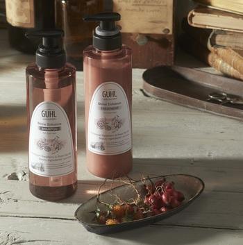 艶やかな髪に憧れているなら、ツヤ付与成分のヒマラヤンラズベリー&ローズヒップオイル美容成分※が配合された「Shine Enhance(シャイン エンハンス)」がオススメです。美容成分がくすみがちな髪にうるおいを与えてくれ、自然なツヤのある髪に。  香りはとても甘酸っぱく、シャンプーの間楽しめるのはベリー系の可愛らしい華やかさ。レモンやベルガモットも入っているからか、洗髪後は甘すぎない爽やかな残り香が漂います。